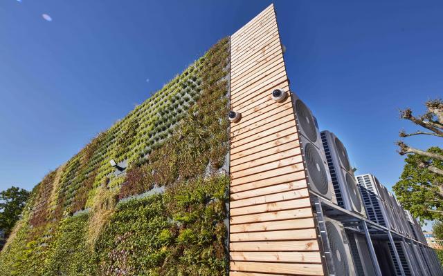 CO2-Einsparung: Greencity-Wall am Rechenzentrum der badenIT in Freiburg