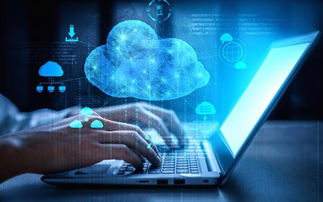 Mit einer Cloud verbundener Laptop